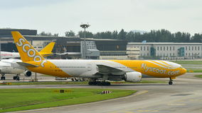 Scoot niskiego kosztu przewoźnika Boeing 777-200 taxiing przy Changi lotniskiem Obraz Stock