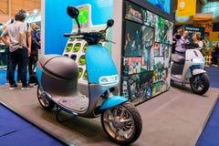 Scooter électrique bleu photographie stock libre de droits