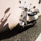 Scooter blanc de Vespa Images libres de droits