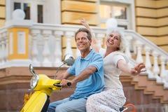 Scooter d'équitation d'homme et de femme Photo stock