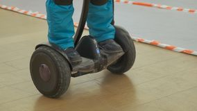 scooter de Auto-balanself-équilibrage Technologies robotiques modernes banque de vidéos