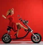 Scooter de bicyclette de moto de voiture électrique de tour de femme le nouveau avec des mains a écarté le sourire riant de signe image libre de droits