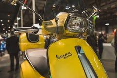 Scooter de Vespa sur l'affichage à EICMA 2014 à Milan, Italie Image libre de droits