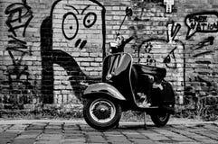 Scooter devant un mur Image stock