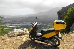 Scooter en montagnes Image libre de droits