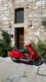 Scooter rouge en Italie Photo libre de droits