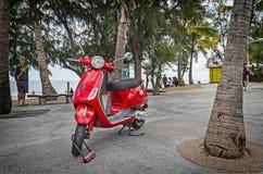 Scooter rouge vif intéressant photos libres de droits