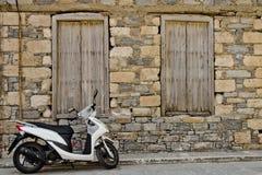 Scooter sur la rue Photo stock