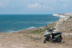 Scooter sur le bord de la mer Photographie stock