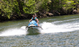 Scooter sur le fleuve Image stock