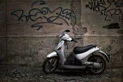 Scooter sur un mur Photos libres de droits