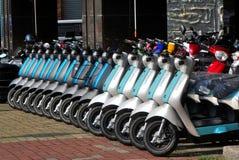Scooters électriques tous neufs Image stock