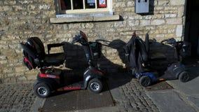 Scooters de mobilité garés sur la rue, transport pour des handicapés banque de vidéos