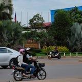 Scooters en auto'saandrijving dichtbij het hotel, Zuidoost-Azië royalty-vrije stock fotografie