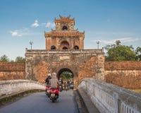 Scooters entrant dans la citadelle impériale en Hue, Vietnam Images stock