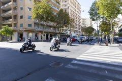 Scooters entrant dans une intersection à Catane Image libre de droits