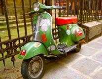 Scooteur de vintage avec des autocollants de graffiti Photo stock