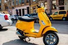 Scooteur jaune dans la vieille partie de la ville images libres de droits