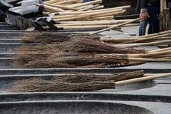 Scope e pale per la pulizia dell'area urbana durante il giorno del lavoro fotografia stock libera da diritti