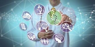 Scoperta della droga del dottore Using Pharmacogenomics In immagini stock libere da diritti