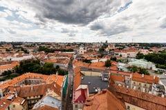 Scoperta di vecchia città di Vilnius Immagine grandangolare Città da sopra Fotografia Stock