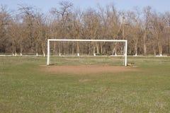 Scopo di calcio su un campo rustico Fotografia Stock