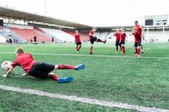Scopo a Junior Football Match fotografia stock