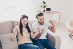 Scopo! La coppia felice sta guardando la partita di calcio ed i wi di trionfo fotografie stock libere da diritti