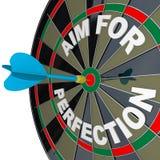 Scopo per perfezione - il dardo colpisce il Bulls-Eye dell'obiettivo Fotografia Stock Libera da Diritti