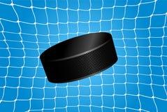 Scopo - un disco di hockey nella rete Fotografia Stock Libera da Diritti