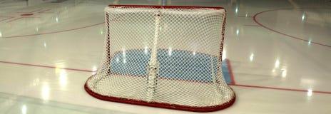 Scopo vuoto dell'hockey sulla pista di pattinaggio sul ghiaccio. Vista laterale Immagini Stock