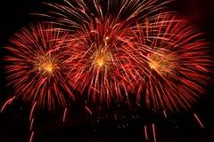 Scoppi dei fuochi d'artificio rossi ed arancio Fotografie Stock