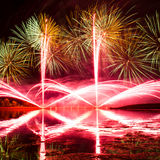 Scoppi dei fuochi d'artificio verdi, arancio e rosa Fotografia Stock Libera da Diritti
