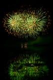 Scoppi dei fuochi d'artificio verdi ed arancio Fotografie Stock Libere da Diritti