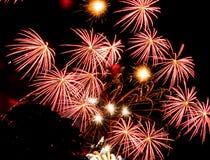 Scoppi rossi della stella Fuochi d'artificio spettacolari Immagini Stock Libere da Diritti