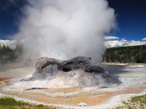 Scoppiare geyser con vapore nel parco nazionale di Yellowstone Immagini Stock Libere da Diritti