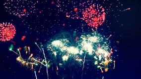 Scoppio dei fuochi d'artificio nel cielo stock footage