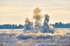 Scoppio di esplosione nella miniera della cava di miniera a cielo aperto Immagini Stock Libere da Diritti