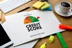SCORE de CRÉDIT (homme d'affaires Checking Credit Score en ligne et Finan photographie stock