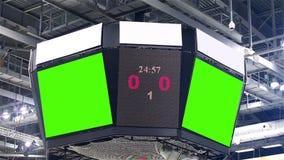 Scorebord bij het stadion met het groen scherm en banners stock videobeelden