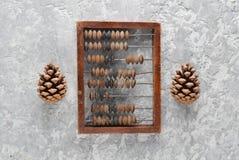 Scores et cônes de vintage sur la table concrète Vue supérieure Images libres de droits