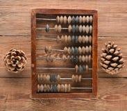 Scores et cônes de vintage sur la table en bois Vue supérieure Images stock