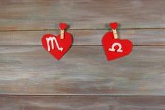 Scorpio i waży znaki zodiak i serce Drewniany backgr Fotografia Royalty Free