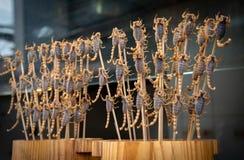 Scorpions délicieux frits sur le bâton Photo stock