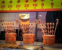 Scorpions et hippocampes sur un bâton - nourriture chinoise typique Images stock