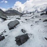 Scorra su un ghiacciaio al piede della montagna di Beluha, Altai Fotografia Stock