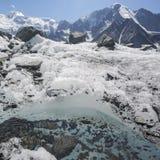 Scorra su un ghiacciaio vicino alla montagna di Belukha, paesaggio di Altai Fotografia Stock