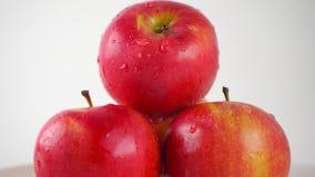 Scorrendo giù la goccia sulla mela rossa, fondo leggero fine di 4K ProRes sul colpo archivi video