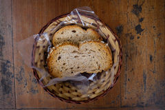 Scorrevole del pane integrale in un canestro Fotografia Stock
