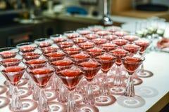Scorrevole di Champagne Piramide o fontana fatta dei vetri del champagne con la ciliegia ed il vapore da ghiaccio secco Immagini Stock